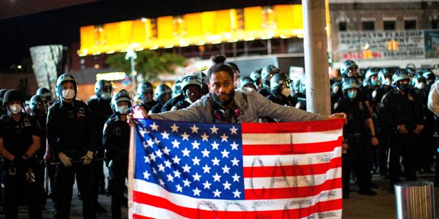 """ארה""""ב: ההפגנות נמשכו למרות העוצר; עימותים ליד הבית הלבן"""