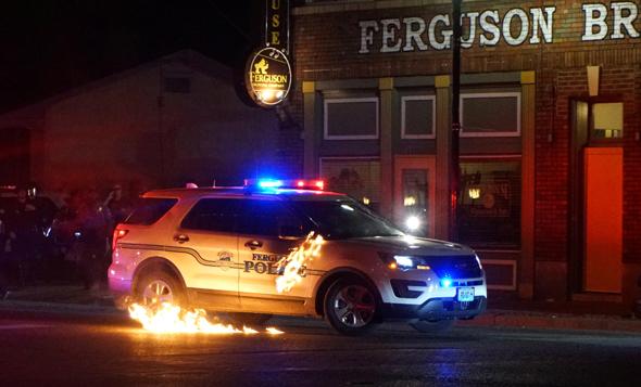 מכונית משטרה עולה באש במיניסוטה