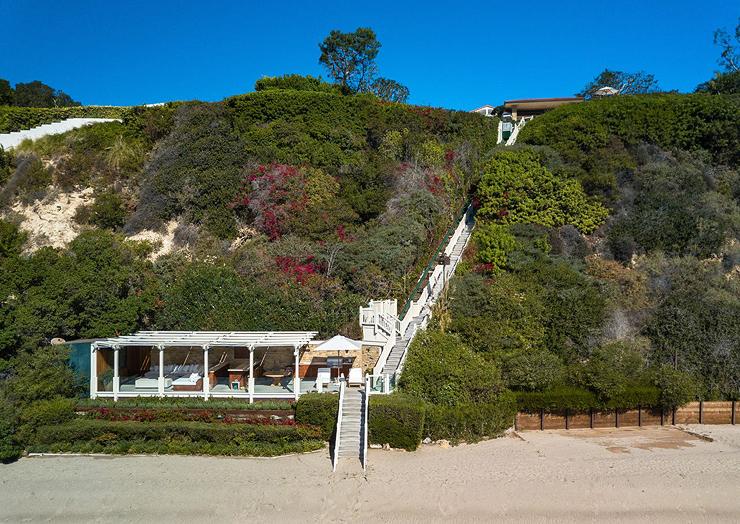 המדרגות מגיעות עד החול