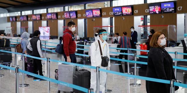 נוסעים בנמל התעופה באיסטנבול , צילום: רויטרס