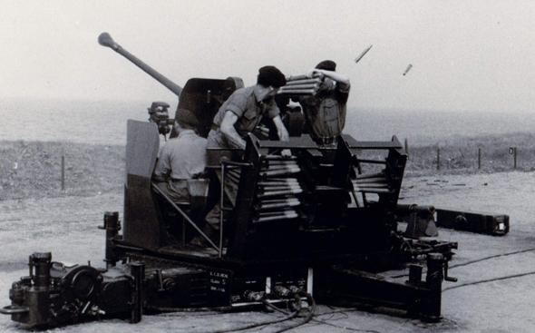 """תותח נ""""מ 40 מ""""מ מדגם L70, כמו אלה שהפעיל חיל האוויר , צילום: warrelics"""