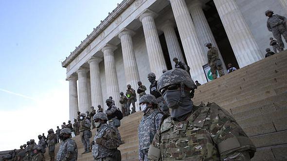 חיילי המשמר האזרחי מול המפגינים, הלילה, צילום: גטי אימג