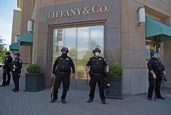 שוטרים שומרים על חנות התכשיטים טיפני'ס הקליפורניה במהלך המהומות והביזה
