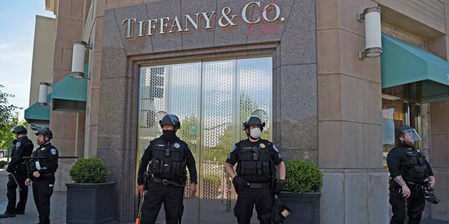 """בצל הקורונה והמהומות בארה""""ב: רכישת טיפאני עלולה להתבטל"""
