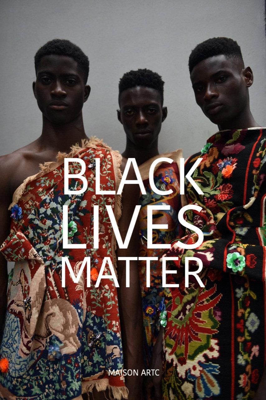 """המעצב ארצי יפרח מגיב למציאות בפוסטים עם עיצוביו. כאן נראים שלושה גברים שחורים עם הכיתוב: """"חיים של שחורים חשובים. כמה עמוק השחור שלך?"""""""