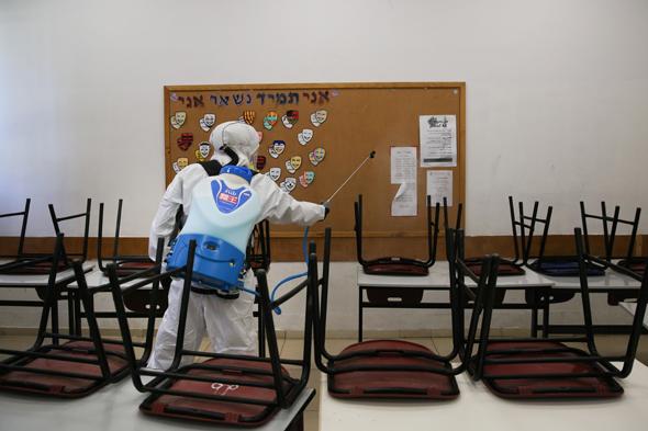 חיטוי בית ספר בירושלים, צילום: אלכס קולומויסקי