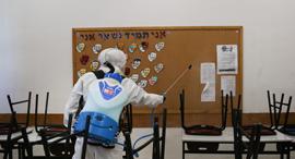 חיטוי בבית ספר בירושלים, צילום: אלכס קולומויסקי