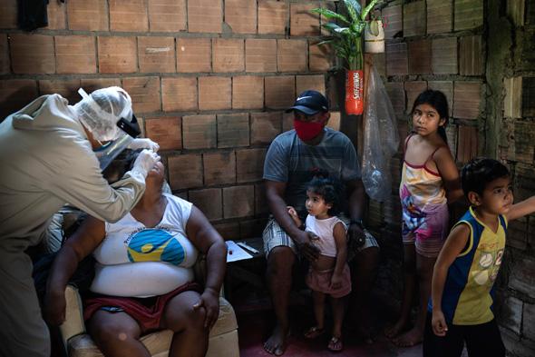 אזרחים בברזיל בתקופת הקורונה, צילום: AP