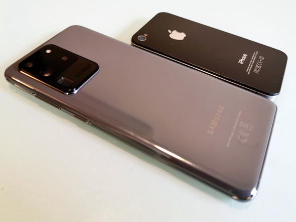 עיצוב ה-S20 ULTRA לצד האייפון