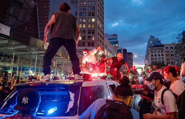 המהומות בניו יורק. פגיעה בסמלים