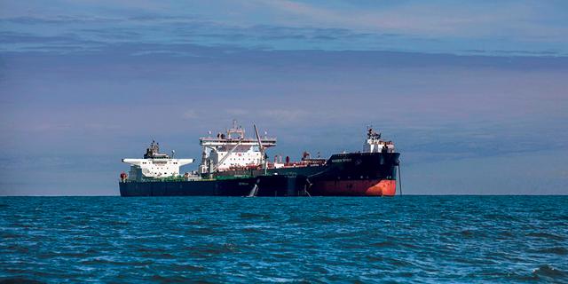 הסחר הגלובלי בסכנה בגלל 400 אלף ימאים שתקועים בים