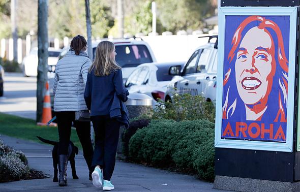 """בניו זילנד הדפיסו פוסטרים של ראשת הממשלה ארדרן עם המילה """"אהבה"""" במאורית, אחרי שהוכרז על החלמת החולה האחרונה"""