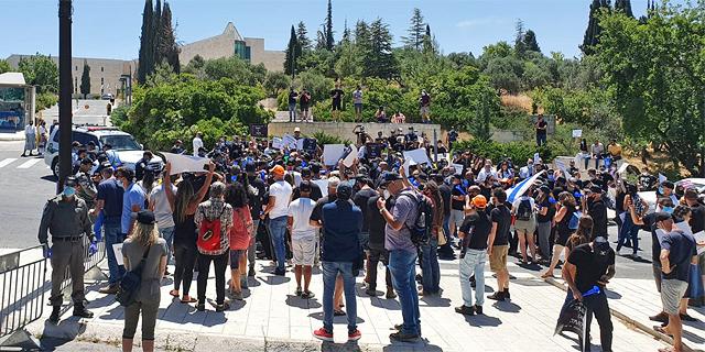"""מחאת עולם התרבות עולה שלב: מפגינים התפרעו מול משרד רה""""מ בירושלים"""