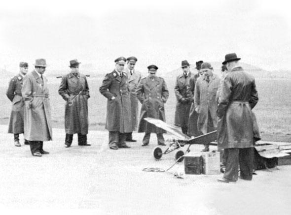 """גוסלאו מציג לבכירי חיל האוויר הגרמני את המזל""""ט שלו"""
