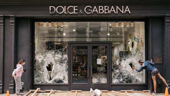 חנות דולצ'ה וגבאנה במנהטן ניו יורק שחלונותיה נופצו