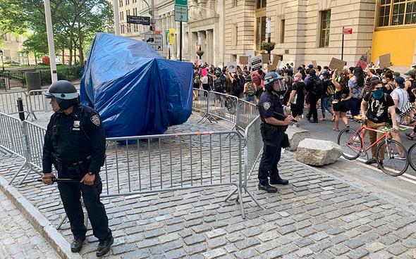 גם לפסל הזה חוששים: משטרת ניו יורק שומרת על השור של וול סטריט
