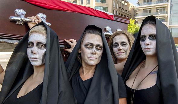 הפגנה שנערכה בביירות בסוף השבוע. ארון קבורה מסמל את מצבה של המדינה, צילום: אם סי טי