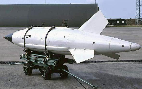 פצצת אטום AN-22. הסנפירים שלה נועדו בעיקר לשמור עליה יציבה לאחר ההטלה, כדי שלא תתפוס זרם אוויר ותתנגש במטוס. הנחיה אין - זו פצצת נפילה חופשית