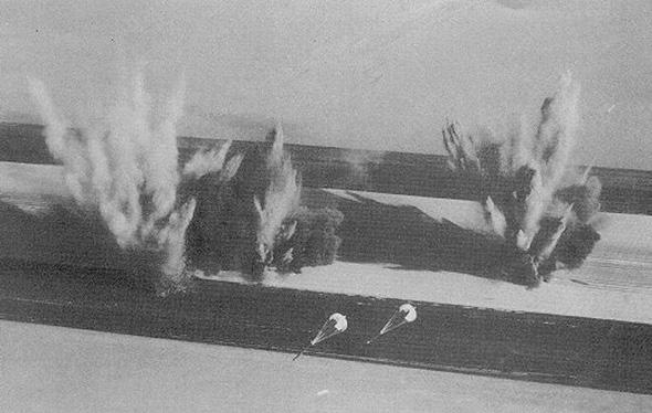 התקיפה הצרפתית בצ'אד. שימו לב למצנחים הקטנים בתחתית הפריים, הם מחוברים אל פצצות דורנדל לפיצוח מסלולים