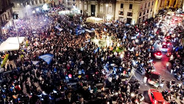 אוהדי נאפולי חוגגים את הניצחון בקופה איטליה