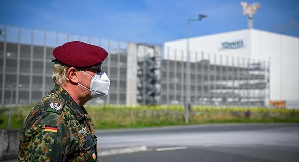 חייל מחוץ ל בית מטבחיים משחטת בשר גרמניה Toennies אלף נדבקו ב קורונה, צילום: גטי אימג'ס
