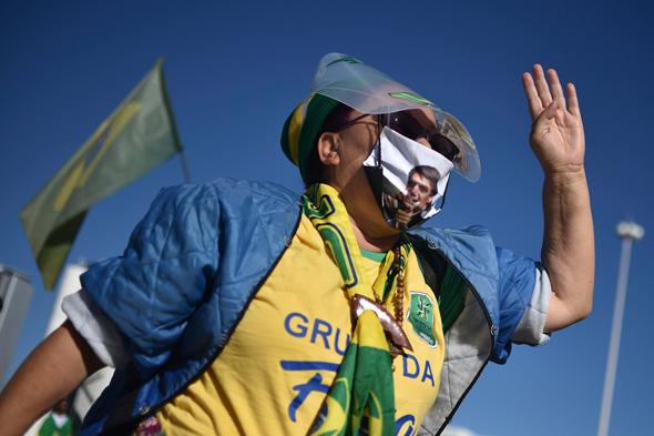 תומכת של הנשיא ז'איר בולסונארו בהפגנת תמיכה