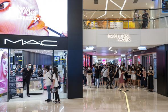 קונים בקניון פאשן וולק במפרץ קוזווי בהונג קונג החודש, צילום: בלומברג