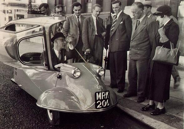 תמיד תהיתי מה היה קורה אם האוטו של מיסטר בין היה זורם עם סקייטבורד