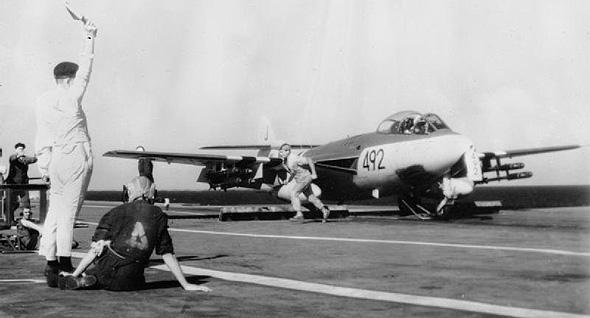 מטוס סי-הוק בריטי ממריא מנושאת המטוסים איגל, למשימת תקיפה בשטח מצרים