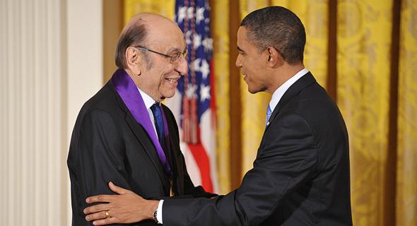 הנשיא ברק אובמה מעניק למילטון גלייזר את מדליית האמנויות , צילום: איי אף פי