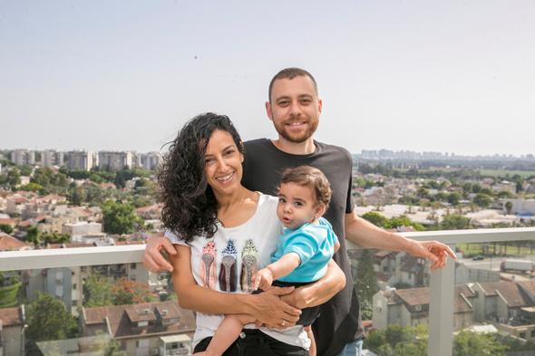 ענבל גיל ושגיא (תינוק) קופרשטיין עברו מתל אביב ל ראש העין נצבא, צילום: אוראל כהן