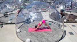פוטו קורונה ריחוק חברתי יוגה בועות ניילון  טרונטו, צילום: רויטרס