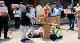 הודים מציתים סחורה מסין בניו דלהי, צילום: בלומברג
