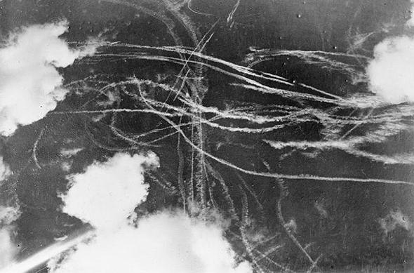 שובלים לבנים של מטוסי גרמניה ובריטניה, בקרב אוויר המוני, צילום: Wikimedia