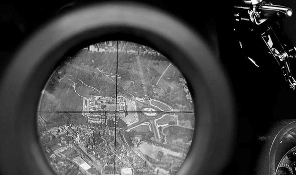ארמון בקינגהם מבעד לכוונת הפצצה (אילוסטרציה), צילום: Wikimedia