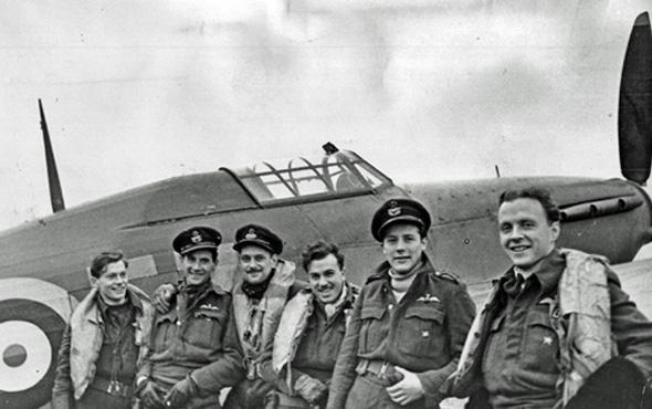 הולמס (ראשון מימין) ואנשי צוות ברוסיה, ביחד עם מטוס הארקיין, צילום: Wikimedia