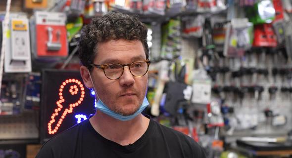 אבי גרייניק על סט הצילומים לקמפיין למען עסקים קטנים, צילום: D.V.A (D.V.A. Next Productions)