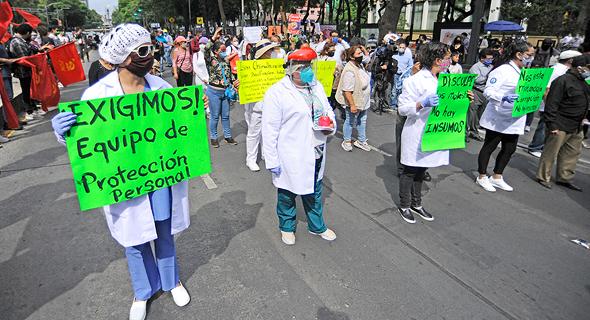הפגנה של עובדי רפואה מקסיקו סיטי במחאה על חוסר בציוד, צילום: אם סי טי