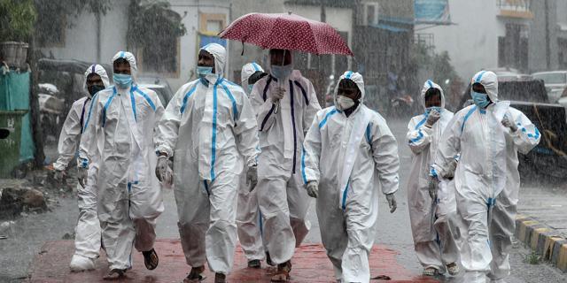 צוותים רפואיים במומביי , צילום: אי פי איי