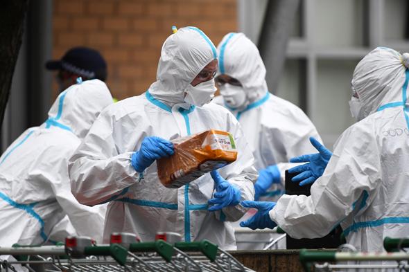 כבאים מביאים מזון לתושבים שבסגר, במלבורן