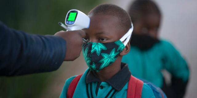 בדיקת תלמידים בדרום אפריקה, צילום: AP