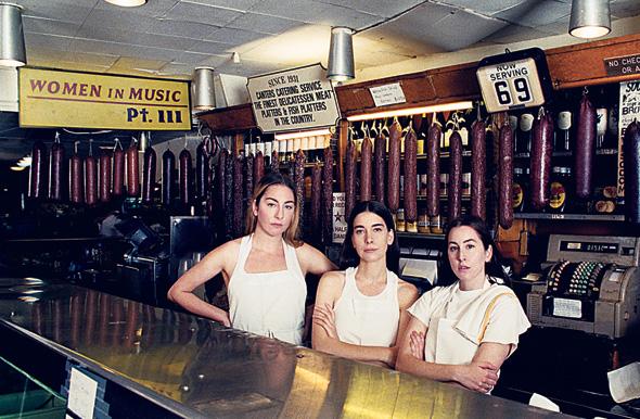 מימין: אלנה, דניאל ואסתי חיים על עטיפת אלבומן החדש שצילם פול תומאס אנדרסון. אחווה נשית לוחמנית