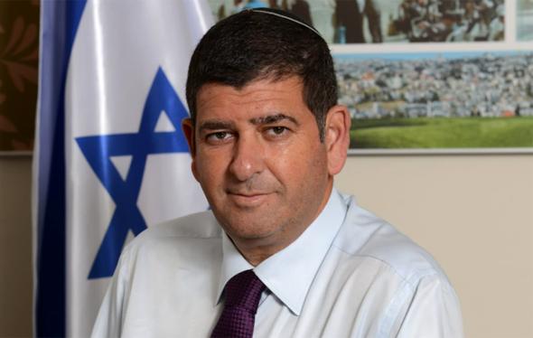 ראש עיריית גבעת שמואל יוסי ברודני. בהתחלה התנגד לקו הסגול ואחכ תמך בו