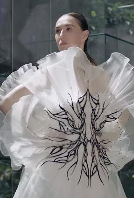 מתוך תצוגות האופנה הווירטואליות של איריס ואן הרפן ודיור
