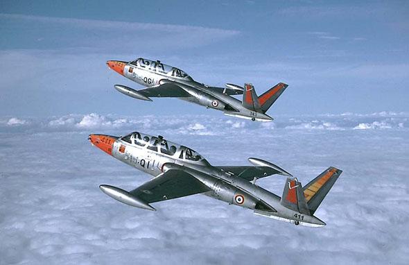 זוג מטוסי פוגה בצבעי צרפת