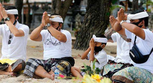 תפילה באי באלי, אינדונזיה