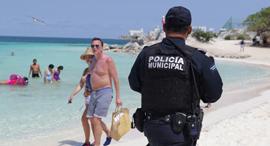 שוטר מסייר בחופי קנקון מקסיקו באפריל, צילום: רויטרס