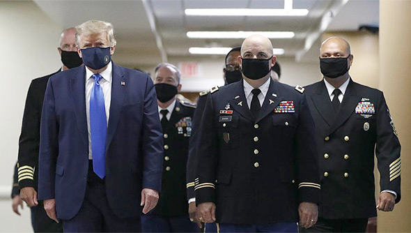 """דונלד טראמפ נשיא ארה""""ב עוטה מסכה בפומבי, צילום: איי פי"""