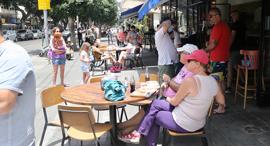 """אנשים במסעדה בת""""א, צילום: יריב כץ"""