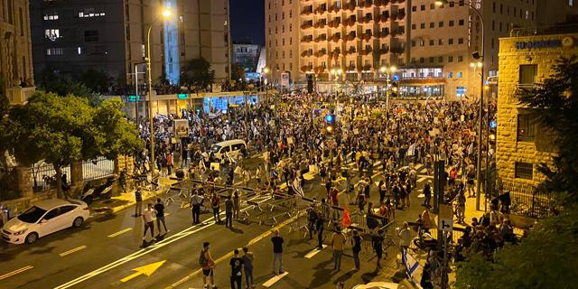 מפגינים ליד בית ראש הממשלה, צילום: יונתן קסלר